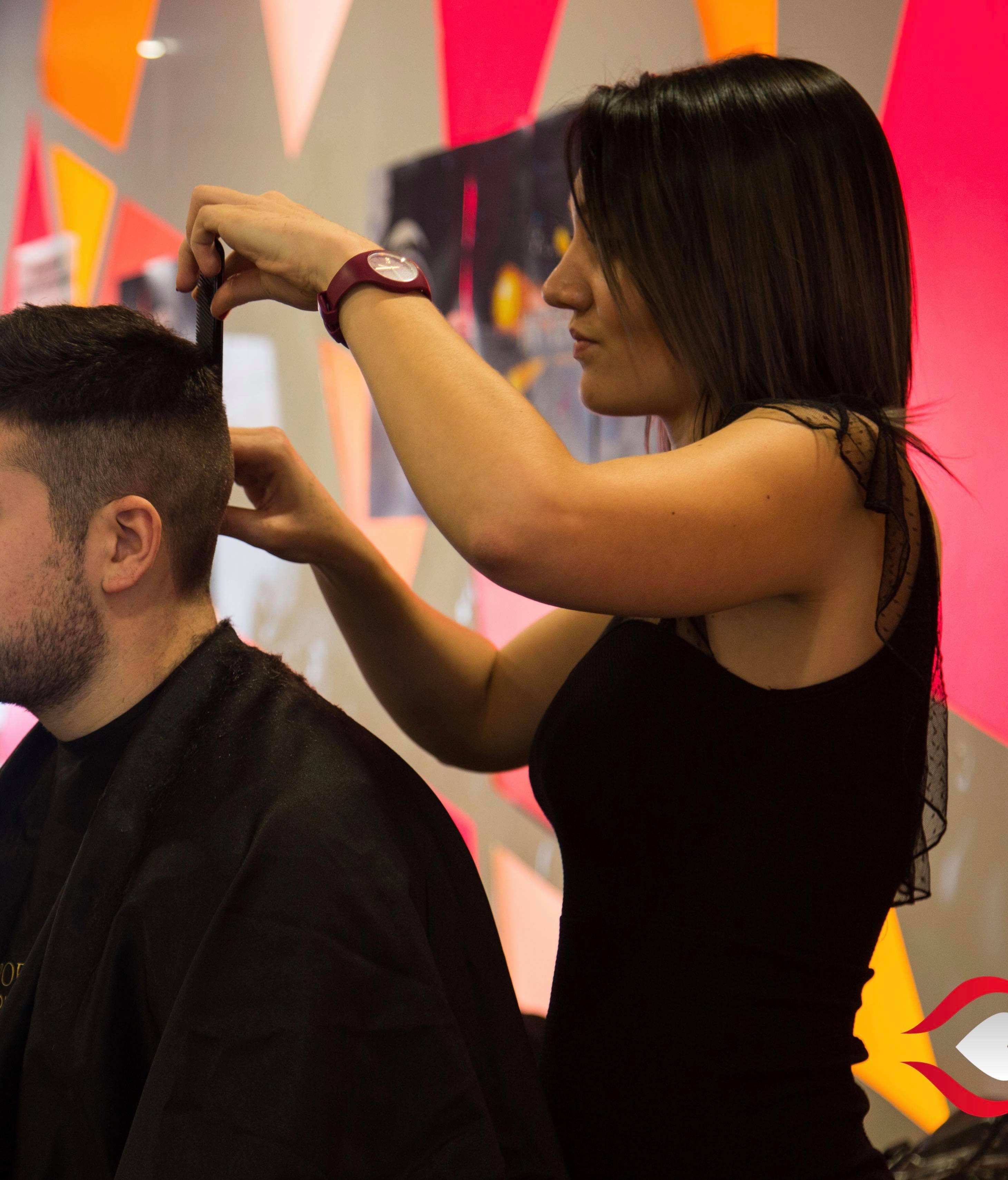 Cindy, gérante du salon de coiffure et de formation Élégance Académie Coiffure